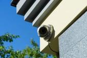 Fotografia Chiuda sulla vista della telecamera di sicurezza sulla costruzione facciata alla luce del sole