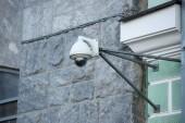 Fotografia Chiuda sulla vista della telecamera di sicurezza su gray costruzione facciata