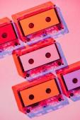 Fotografie tónovaný obrázek barevné retro audio kazety na růžovém pozadí