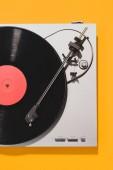 Fotografie pohled shora retro vinyl hráč a záznam izolovaných na žluté