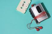 Fényképek retro Audió kazetta, kazettás lejátszó és fülhallgató kék elszigetelt lapos lay