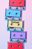 Fényképek felülnézet rendezett színes audio kazetták-val mixtape betűkkel lila háttér