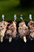 zblízka vepřový kebab (šašlik) na špízy na grilu