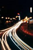 rozmazaný pohled na noční město ulice a město světel