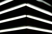 Fotografie pohled rozmazané white lightning svítilen na černém pozadí na plochu