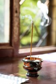 Photo close up view of candle for aromatherapy on wooden windowsill