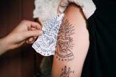 oříznuté shot přenos skica tetování na rameni v salonu tattoo umělce tetování