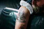 részleges nézet az új tetoválás ember vállára on tetováló szalon