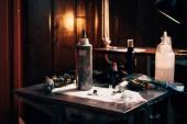 Fotografia Chiuda sulla vista di macchinette organizzato e vernice al salone di tatuaggio