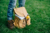 Photo cropped shot of man standing on green grass with backpack