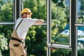 Schutzhelm Bau Arbeiter und Googles ausruhen und mit Blick auf windows