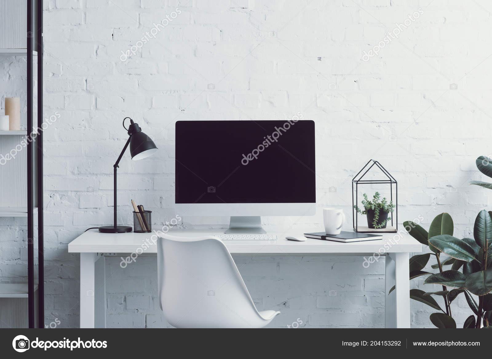 Ordinateur table chaise plantes bureau moderne u photographie