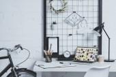 laptop-val betöltött pinterest oldal a modern irodai asztalon