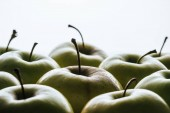 Fotografie close up view of ripe green apples on white backdrop