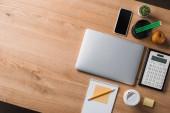Fotografie pohled shora dřevěných pracoviště s notebookem a účetní potřeby