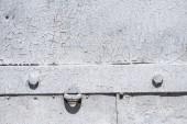 Fotografia dettaglio del vecchio cancello di metallo con vernice bianca weathered graffiato