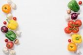 pohled shora zralé papriky, cibuli a houby izolované na bílém