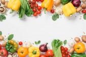 pohled z zralé zeleniny izolované na bílém rámu