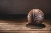 Fotografie basketbalový míč na dřevěné podlaze hnědé