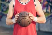 oříznutý obraz basketbalový hráč držící míč basketbal na ulici