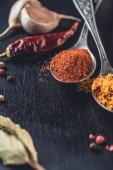 Fényképek a fekete kanál curry és őrölt chili kiadványról