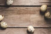Fotografie Draufsicht der rohen gesunde Bio Wachteleier auf Holztisch