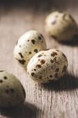 Detailní pohled zdravých bio Křepelčí vejce na dřevěný stůl