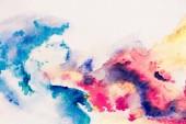 Fotografie abstrakte bunte Gemälde mit blauen, roten und gelben Aquarell Aquarellfarben auf weißem Hintergrund