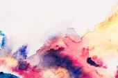 Fotografie abstrakte Malerei mit rot, gelb und blau Aquarellfarben auf weißem Hintergrund