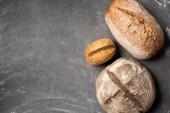 plochý ležela s vykukujícího z upečeného chleba na šedý stůl