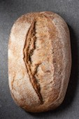 pohled shora chleba ciabatta na šedém povrchu