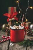 Fotografia tazza di cioccolata calda con marshmallow sulla tavola di legno con decorazione di Natale