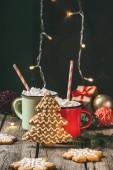 karácsonyi kakaót a marshmallows és mézeskalács-karácsonyfát két csésze