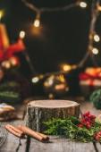 fából készült stump, a fahéjat, fenyő fa és karácsonyi fény garland