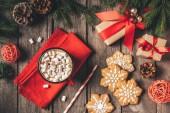 felülnézet, mézeskalács, karácsonyi ajándékok és csésze kakaót a marshmallows, a fenyő fa háttér