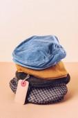 Módní čepice s prodejem značky na béžové