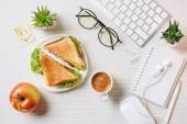 felülnézet, munkahely, szendvics, kávé-kupa, almával és mosoly asztalnál hivatalban jelképe