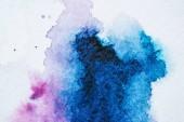 Fotografie abstrakte Textur mit leuchtend blauen und lila Aquarellflecken