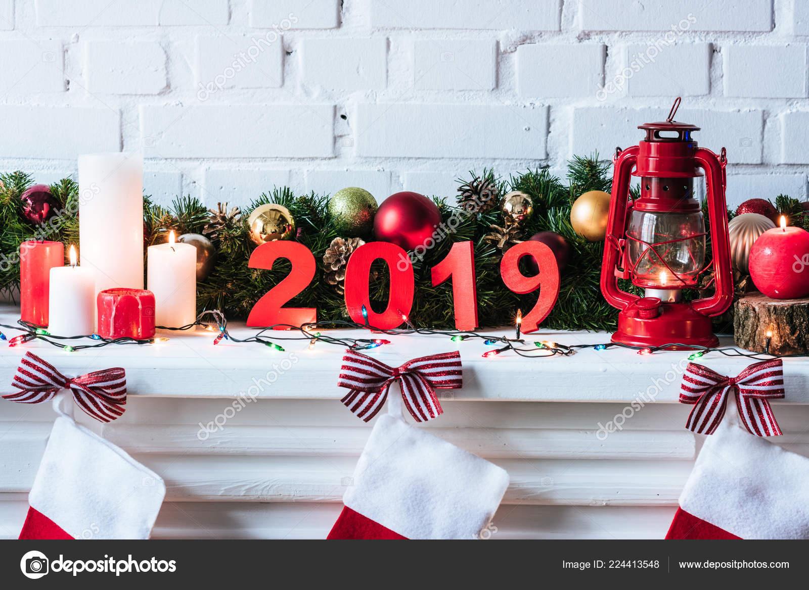 ann e 2019 signer avec guirlande no l bougies chaussettes photographie kostyaklimenko 224413548