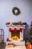 Krb s dekoracemi v blízkosti vánoční stromeček doma