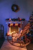 Krb s vánoční ozdoby vánoční strom a dřevěné houpací křeslo