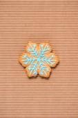 felülnézete a hópehely mézeskalács cookie-t a textúrázott háttérre