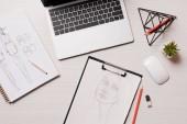 Fotografie kancelářský stůl s notebookem a náčrtků, ploché rozložení