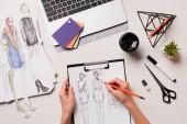 kancelářský stůl s notebookem, umění dodává a oříznutý pohled návrháře pracovat na náčrtky, ploché rozložení