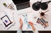 Fotografie Schreibtisch mit Laptop, Kunst liefert und beschnitten Blick auf Designer-Zeichnung, flach zu legen