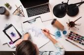 Schreibtisch mit Laptop, Kunstmaterial und Zeichnung weibliche Künstlerin, flache Lage