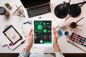 Fényképek Tervező gazdaság tabletta-val marketing elemzés app-ra-képernyő-on íróasztal, művészeti kellékek, lapos feküdt levágott megtekintése