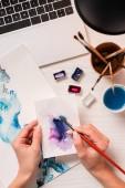 Fotografie Blick auf Designer arbeiten am Schreibtisch mit Laptop und Designer Versorgung abgeschnitten