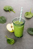 Zelené jablko a zdravé organický koktejl ve skle se slámou