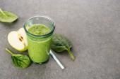 Půl jablka a zdravé organický koktejl ve skle
